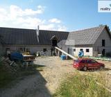 Vesnický dům s rozestavěnou farmou