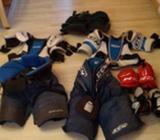 Hokejové kalhoty, vesty, holení chrániče, lokty